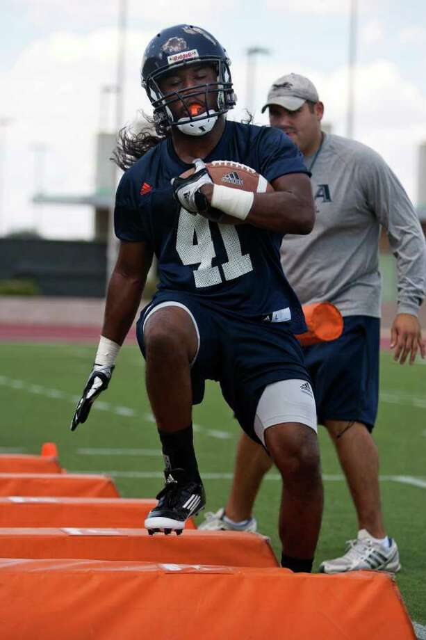 UTSA running back CheRod Simpson (41) runs a drill in front of running backs coach Polo Gutierrez during the Roadrunners' first fall practice on Sunday, August 7, 2011 at Farris Stadium. Simpson is a sophomore walk-on from Oakland, Calif., who spent a semester at Texas A&M-Commerce. Photo: Sally Finneran/sfinneran@express-news.net / sfinneran@express-news