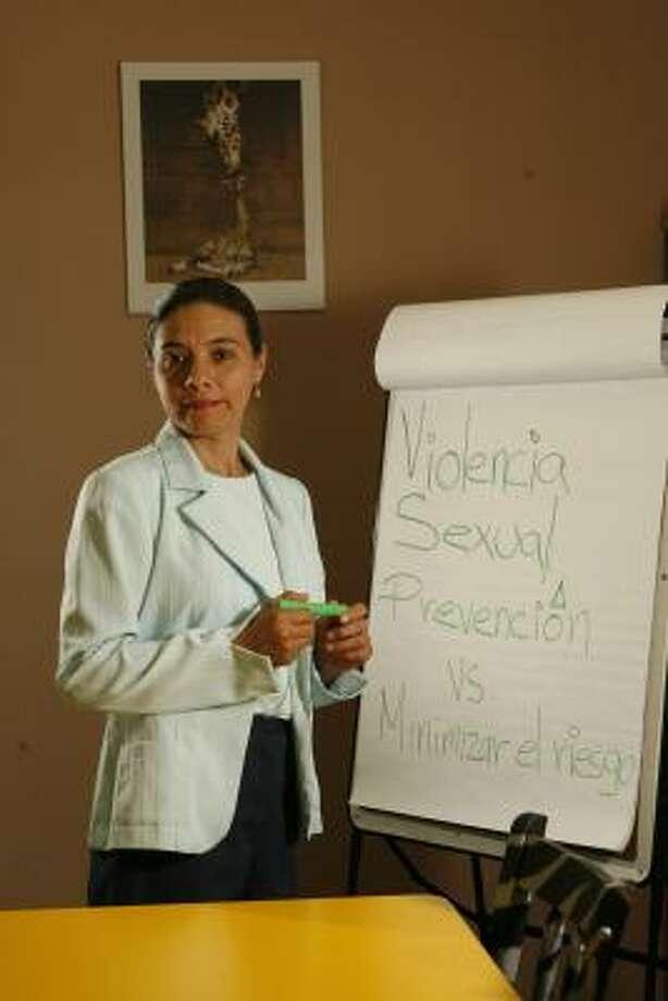 Concepción Miranda defiende los derechos de las latinas contra la violencia doméstica en Houston. Photo: Nathan Lindstrom, Para La Voz