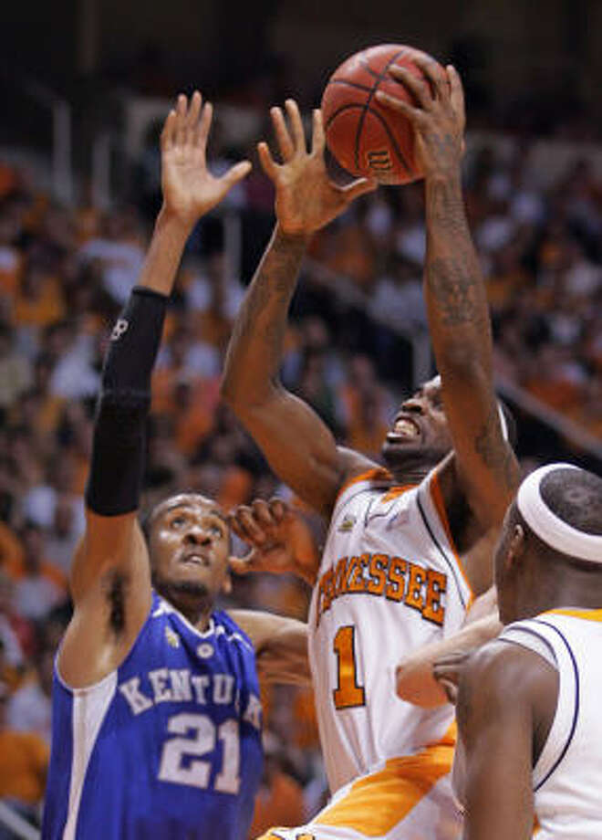 Tennessee's Tyler Smith (1) shoots past Kentucky's Perry Stevenson (21) during the second half on Sunday. Photo: Wade Payne, AP