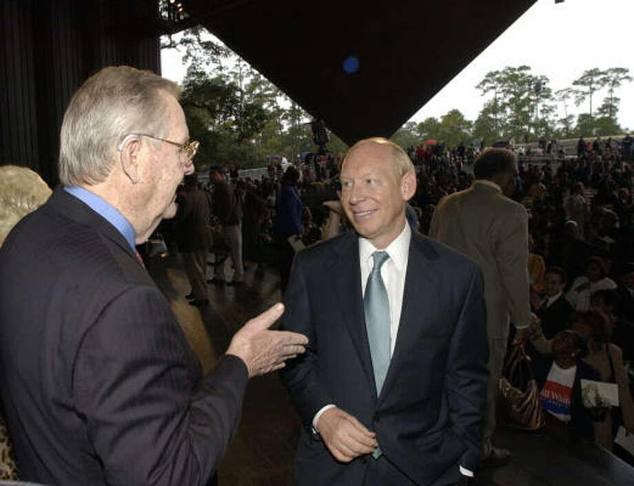 Former Mayor Bob Lanier chats with new Houston Mayor Bill White at the end of White's swearing-in ceremony in January 2004. Photo: Chronicle File