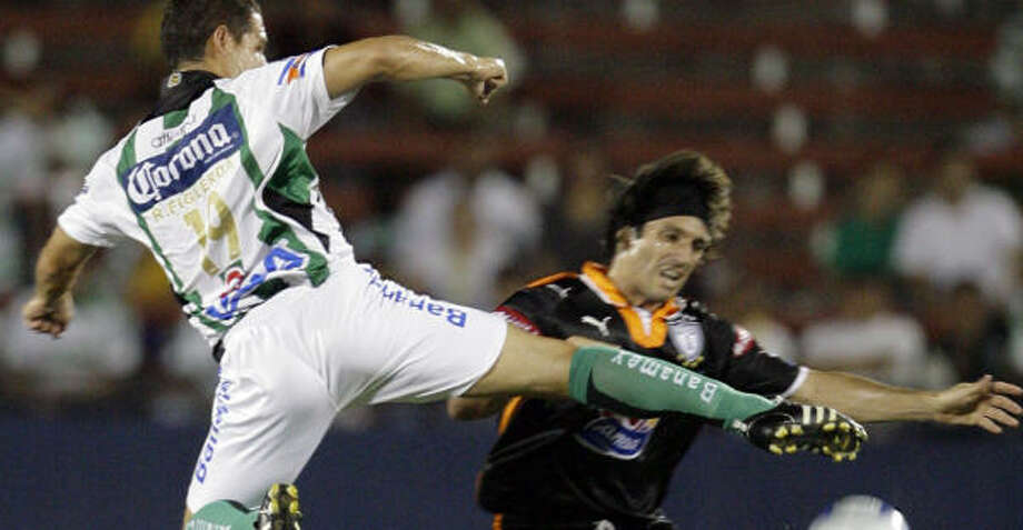 SuperLiga action like this Santos Laguna-Pachuca match in Frisco is coming to Houston. Photo: Matt Slocum, AP
