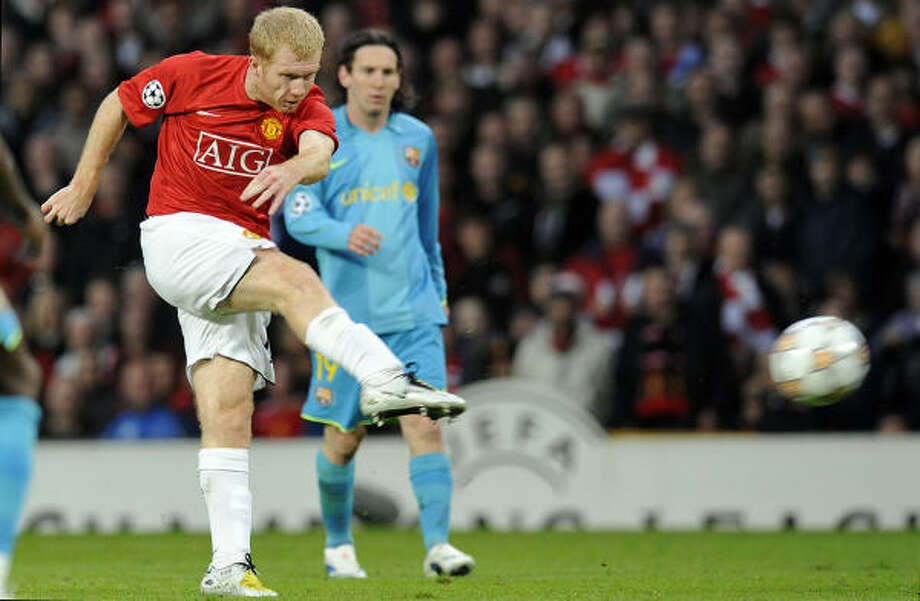 Manchester United's Paul Scholes (L) scores against Barcelona on Tuesday at Old Trafford in Manchester. Photo: LLUIS GENE, AFP/Getty Images