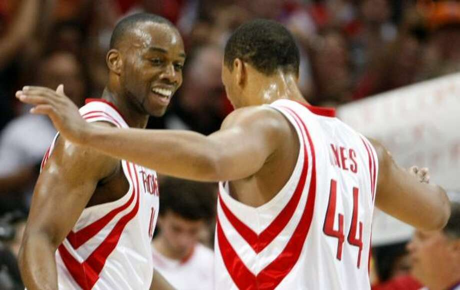 Carl Landry, left, and Chuck Hayes show it's much more fun playing from in front as the Rockets add to their lead in the second quarter Tuesday night. Photo: NICK De La TORRE, CHRONICLE