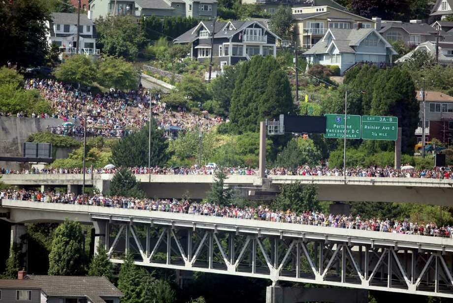 A large crowd forms on the west side of Interstate 90 to watch the Blue Angels perform on Sunday, Aug. 7, 2011. Photo: Cliff DesPeaux, FOR SEATTLEPI.COM / Cliff DesPeaux