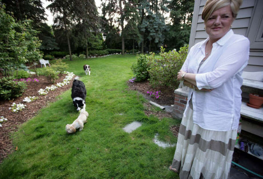 Christine Dickinson created a dog-friendly garden for her three dogs in Grosse Pointe, Mich. Photo: WILLIAM ARCHIE, Detroit Free-Press