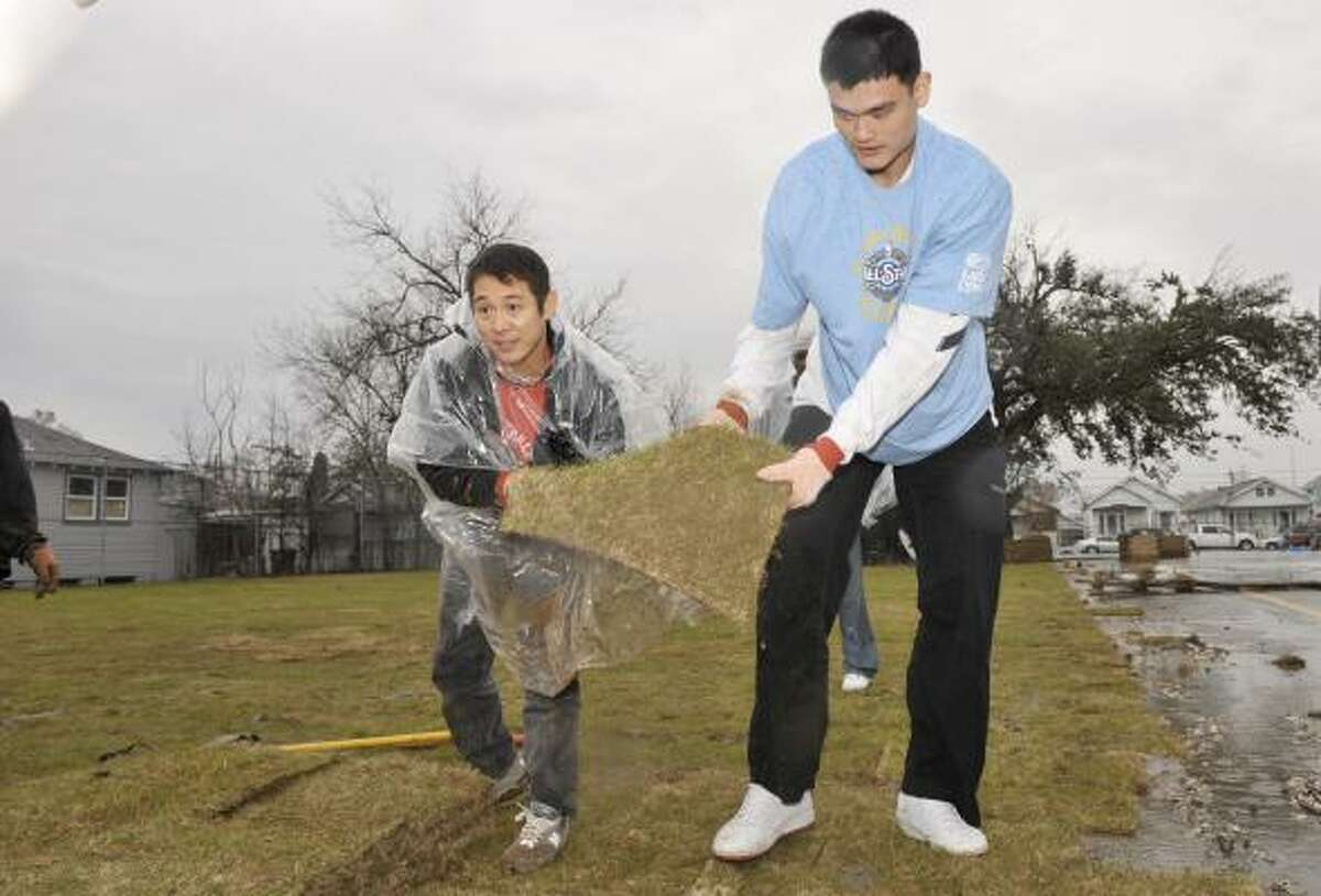 Actor Jet Li and the Rockets' Yao Ming work in the NBA's program to aid New Orleans.