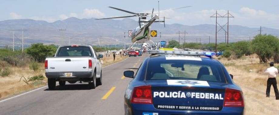 Mexico's federal police secure the scene of a shootout in Vicente Guerrero, Durango, considered territory of the Federation cartel. Photo: JOSE JUAN TORRES, EL SIGLO DE DURANGO