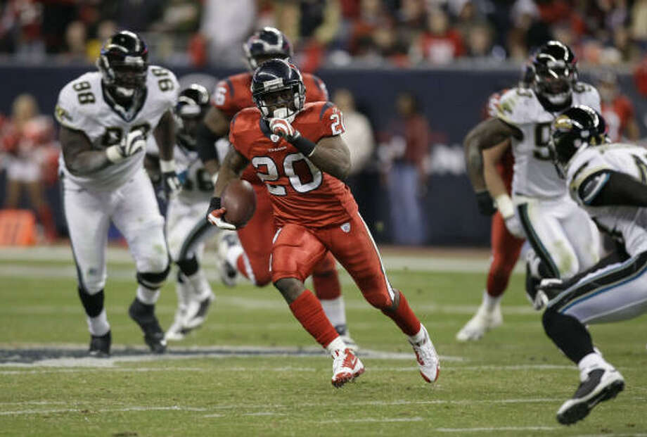 Texans running back Steve Slaton has been the NFL's most prolific rusher in the last four weeks. Photo: Brett Coomer, Chronicle