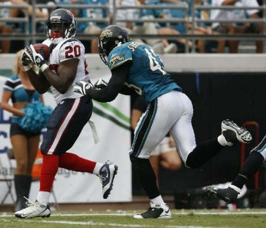 Texans running back Steve Slaton makes a touchdown catch over Jacksonville's Gerald Sensabaugh. Photo: Karen Warren, Chronicle