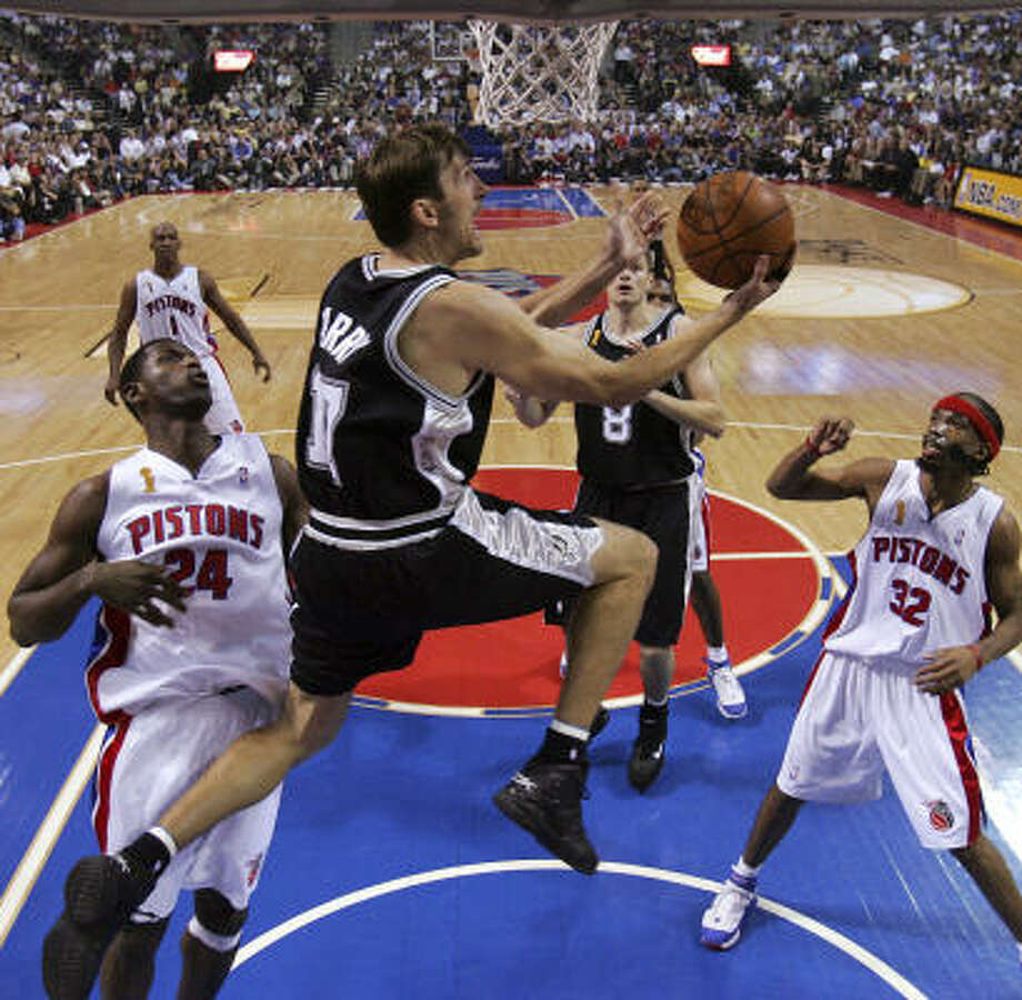 Brent Barry was shooting 43 percent from three-point range in San Antonio prior to being traded Wednesday. The Spurs are also expected to chase Barry, and can offer the largest contract, but Barry would have to sit out 30 days before returning to the team that just traded him. Photo: KIN MAN HUI, SAN ANTONIO EXPRESS-NEWS