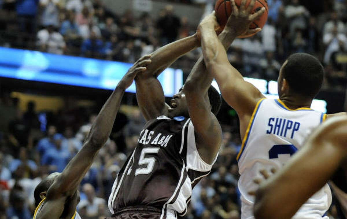 No foul? Steve Campbell writes that UCLA got the benefit of being a No. 1 seed on this play.
