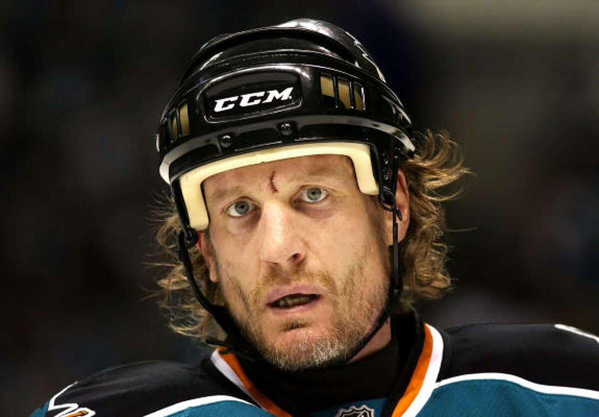 Jeremy Roenick agreed to a one-year contract Wednesday to return to the San Jose Sharks.
