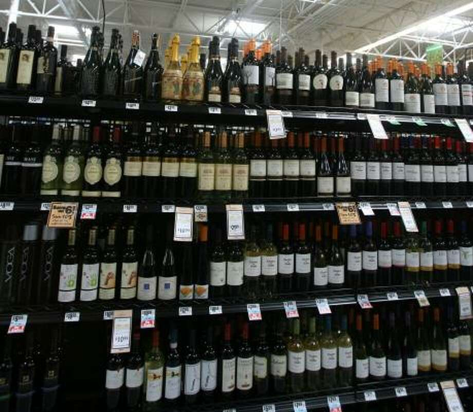 ACTIVE SHELVES:Experts estimate that the United States reached record consumption of 304 million cases of wine in 2007, much of it bought at supermarkets. Photo: BILLY SMITH II, CHRONICLE