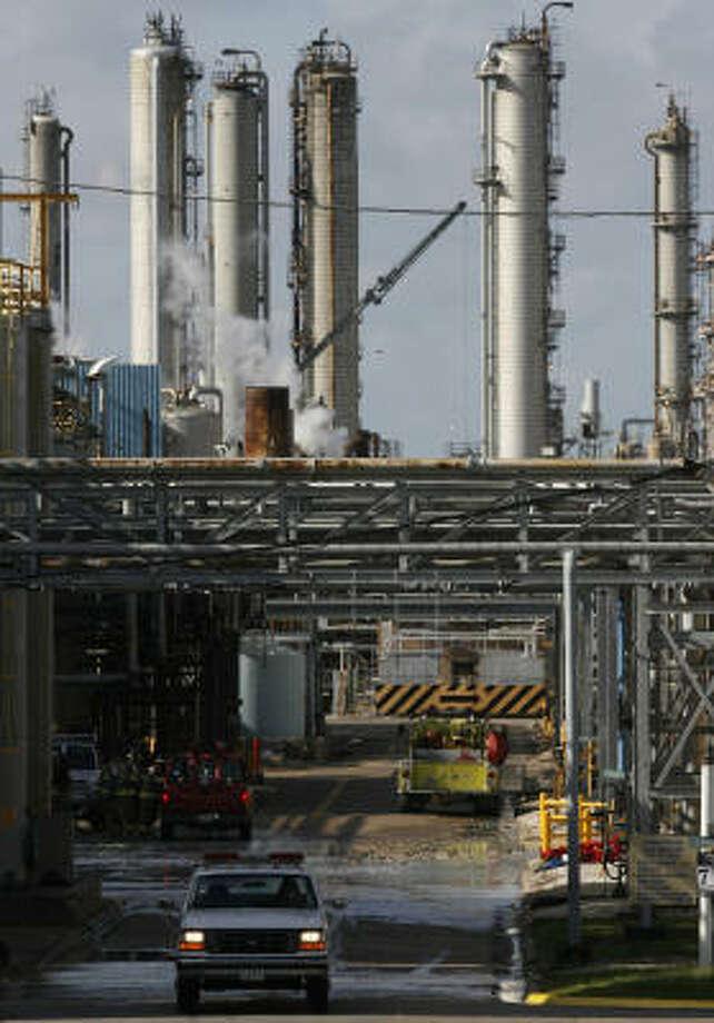 Unos 200 empleados fueron evacuados el miércoles de la planta química de Goodyear en el este de Houston. Photo: Johnny Hanson, Houston Chronicle