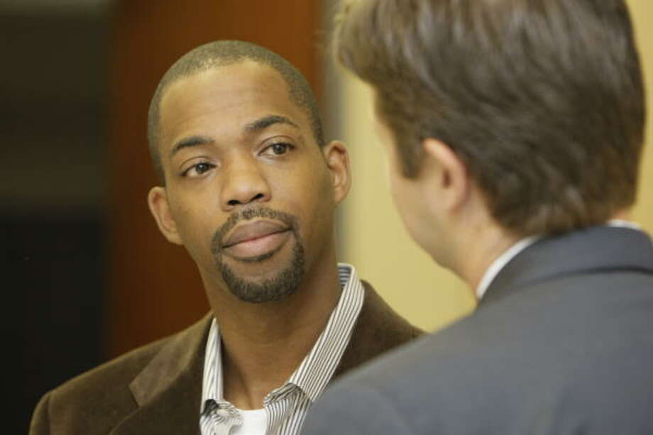 Houston Rockets guard Rafer Alston, left, talks  with attorney Derek Hollingsworth after a brief court appearance on a DWI charge. Photo: Melissa Phillip, Chronicle