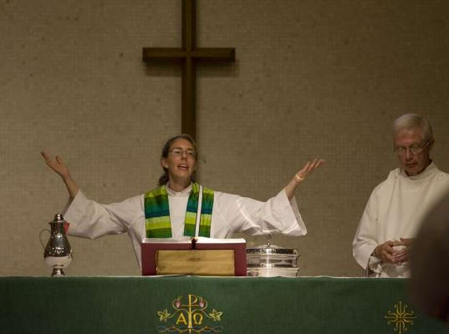 The Rev. Lura Groen is assisted by Ed Jossens during a Sunday service at Grace Evangelical Lutheran Church. Photo: JAMES NIELSEN, CHRONICLE