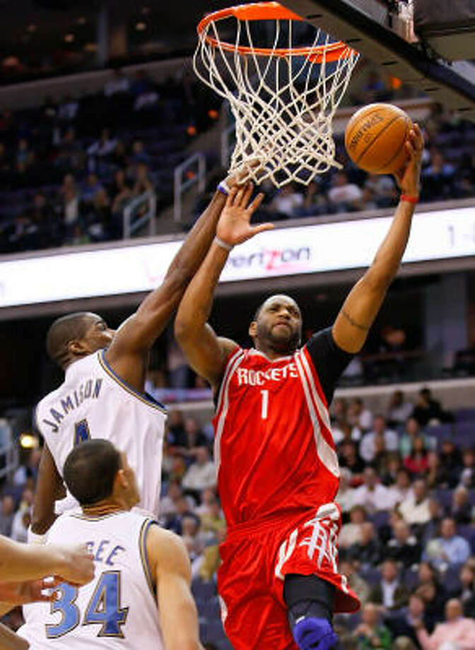 Tracy McGrady shoots and scores over Wizards forward Antawn Jamison in the first half. Photo: HARRY E. WALKER, MCT