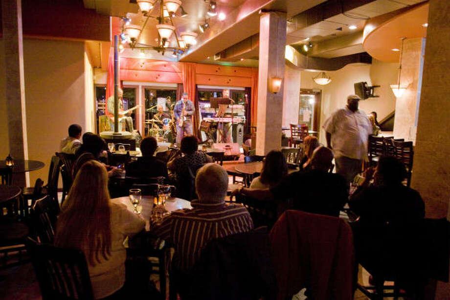 Los grupos de amigos que frecuentan el club se divierten escuchando a la banda Nature Change. Photo: Bill Olive, PARA LA VIBRA