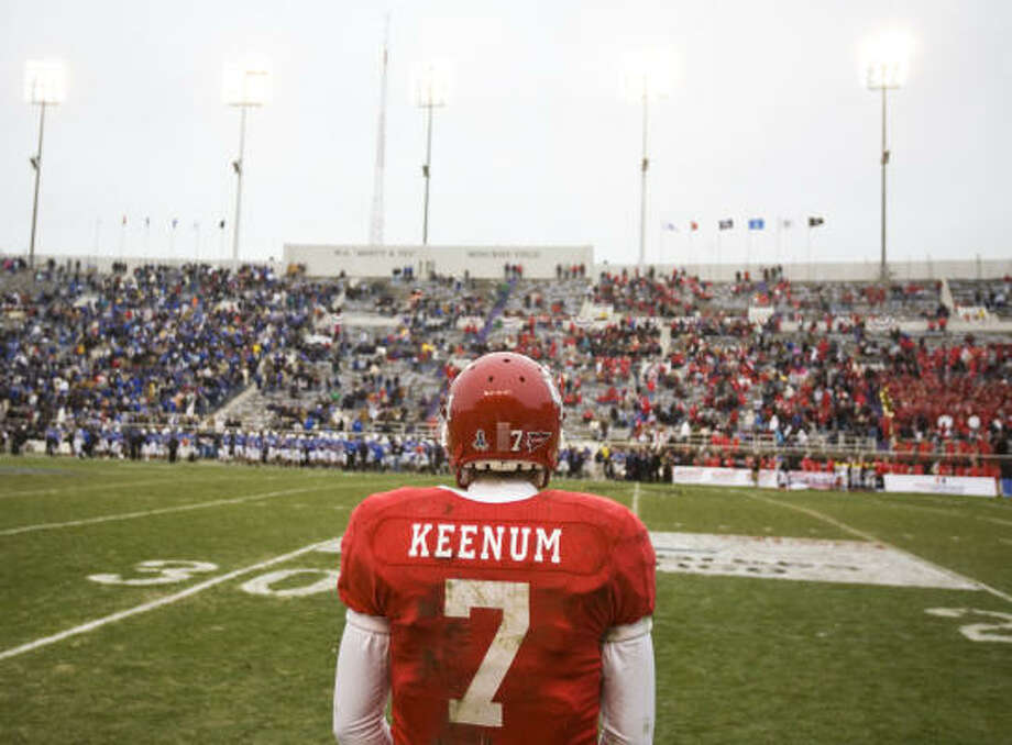 Houston quarterback Case Keenum waits on the sidelines after throwing his last interception in the fourth quarter Thursday of the Armed Forces Bowl in Fort Worth. Photo: Nick De La Torre, Chronicle