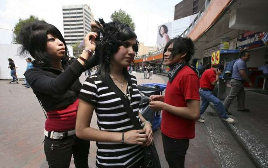 """Monserrat Cazares fixes Xanoni Nuria's hair before a Mexico City march protesting violence against """"emos"""" — a youth subculture. Photo: JENNIFER SZYMASZEK, FOR THE CHRONICLE"""