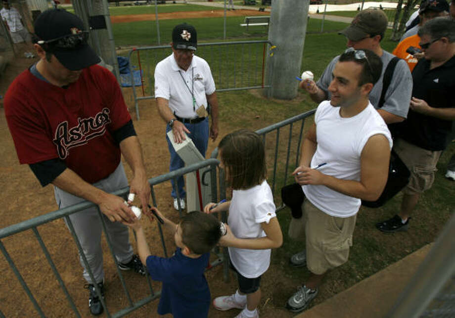 Hey, it's Lance Berkman! The Astros first baseman signs autographs for fans at spring training in Kissimmee, Fla., on Feb. 23, 2008. Is he signing fewer autographs this year? Photo: Karen Warren, Chronicle