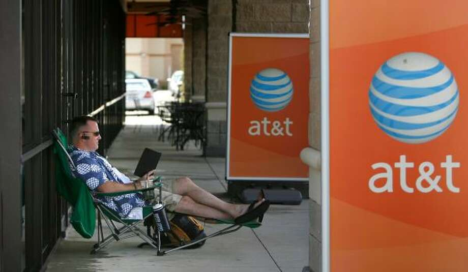 John Sears, associate pastor at Windwood Presbyterian Church, reads the Bible to prepare for his Sunday sermon outside the AT&T Store on Tomball Parkway on Thursday. Sears began his wait for the release of Apple's iPhone 3G at 8:48 a.m. Photo: STEVE CAMPBELL, CHRONICLE