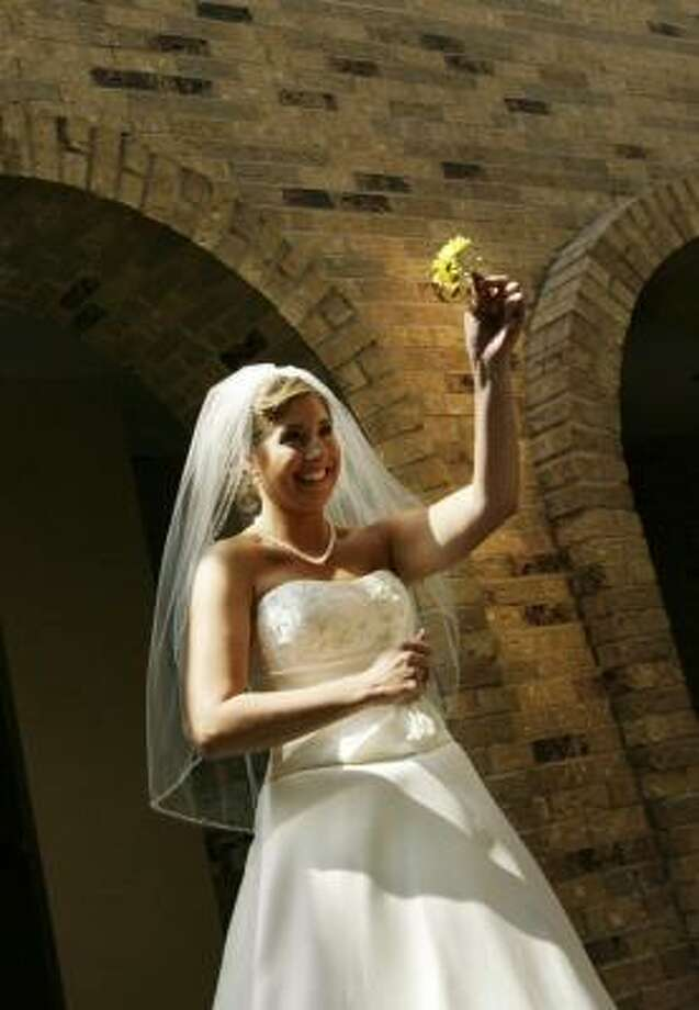 Amy Ransbottom walks to the sanctuary to get married Saturday. Photo: ERIC KAYNE, CHRONICLE