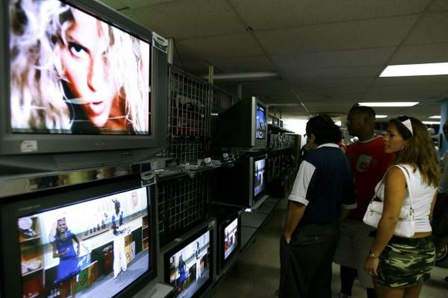 Havana shoppers look at flat-screen televisions Tuesday. The program to provide more consumer goods began last year but was announced only this week. Photo: JAVIER GALEANO, ASSOCIATED PRESS