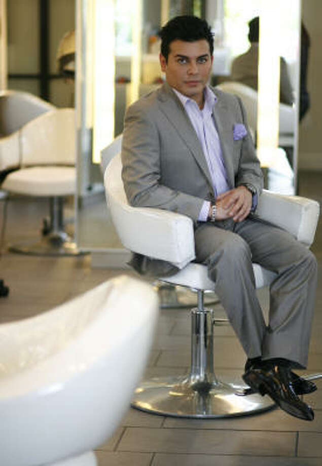 Edward Sánchez, maquillador profesional del salón Cerón de Houston. Photo: Sharon Steinmann, Houston Chronicle