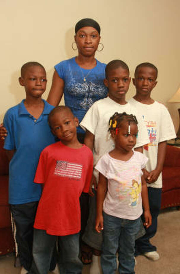Elisea Johnson, center, struggles to provide for her children, Kelvin, 8, from left, Keishawn, 5, Davion, 9, Elise, 3, and Dametrice, 10, but her prayers help to keep her strong, she says. Photo: Gary Fountain, For The Chronicle