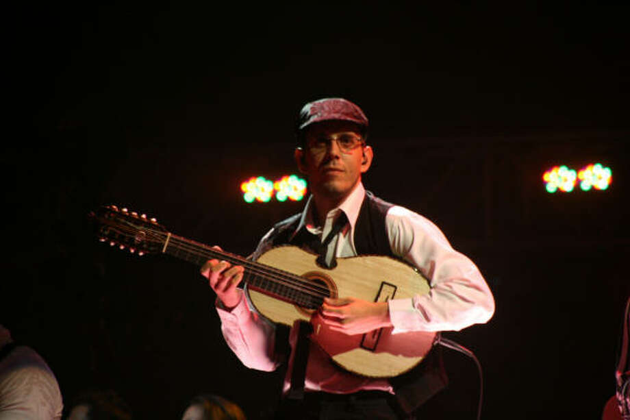 Christian Nieves ha realizado giras por Europa, América y Asia al lado de íconos de la música de su país. Photo: Josúe Figueroa/Herencia Musical