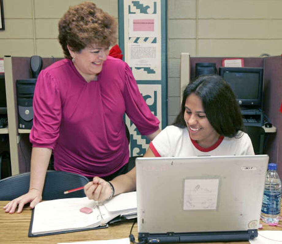 Sara Mendoza (der.), estudiante de UH, con Rebeca Treviño, directora del programa que la beca. Photo: Craig Hartley, Para La Voz