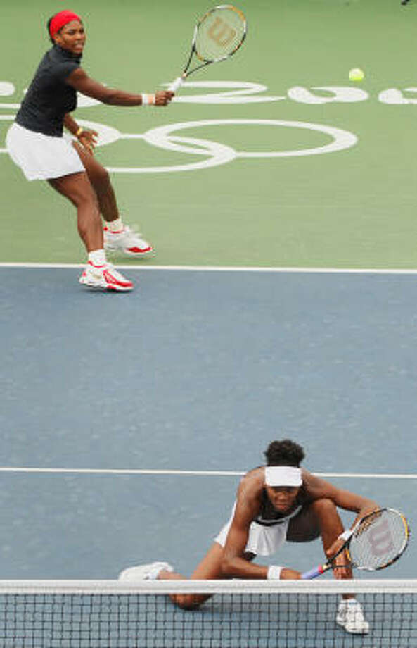 Serena Williams (top) and her sister Venus Williams (bottom) beat Anabel Medina and Virginia Ruano of Spain in the final 6-2, 6-0 to take gold at Beijing. Photo: JOE KLAMAR, AFP/Getty Images
