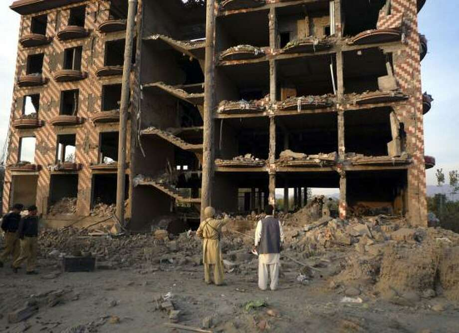 Pakistani officials view the police building damaged in a Thursday night suicide attack in Mingora, in the district of Swat. At least two troops were killed and 20 others wounded when a bomber rammed his vehicle into a checkpoint near the police compound. Photo: SHERIN ZADA, ASSOCIATED PRESS