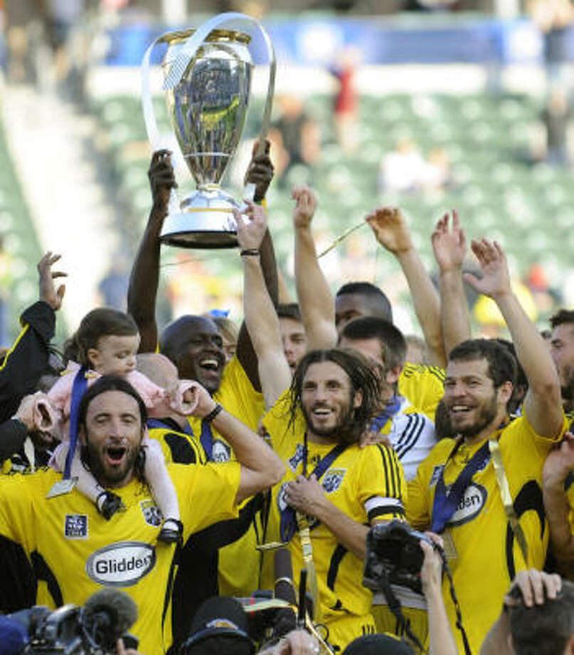 Los jugadores del equipo de Ohio celebran jubilosos el triunfo de 3-1 que consiguieron en la final de la MLS para alzarse por primera vez en su historia como campeones. Photo: Gus Ruelas, AP