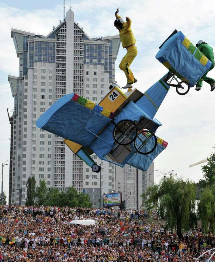 "The ""Svema-2010"" team competes during Red Bull Flugtag 2010 in Kiev on June 19, 2010. Photo: SERGEI SUPINSKY, AFP/Getty Images / 2010 AFP"