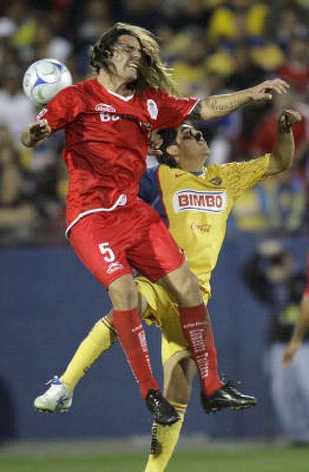 Toluca midfielder Ariel Rosada (5) duels Club America midfielder Alejandro Arguello. Club America (2-0-0) earned a berth into the finals with its victory. Photo: Matt Slocum, AP