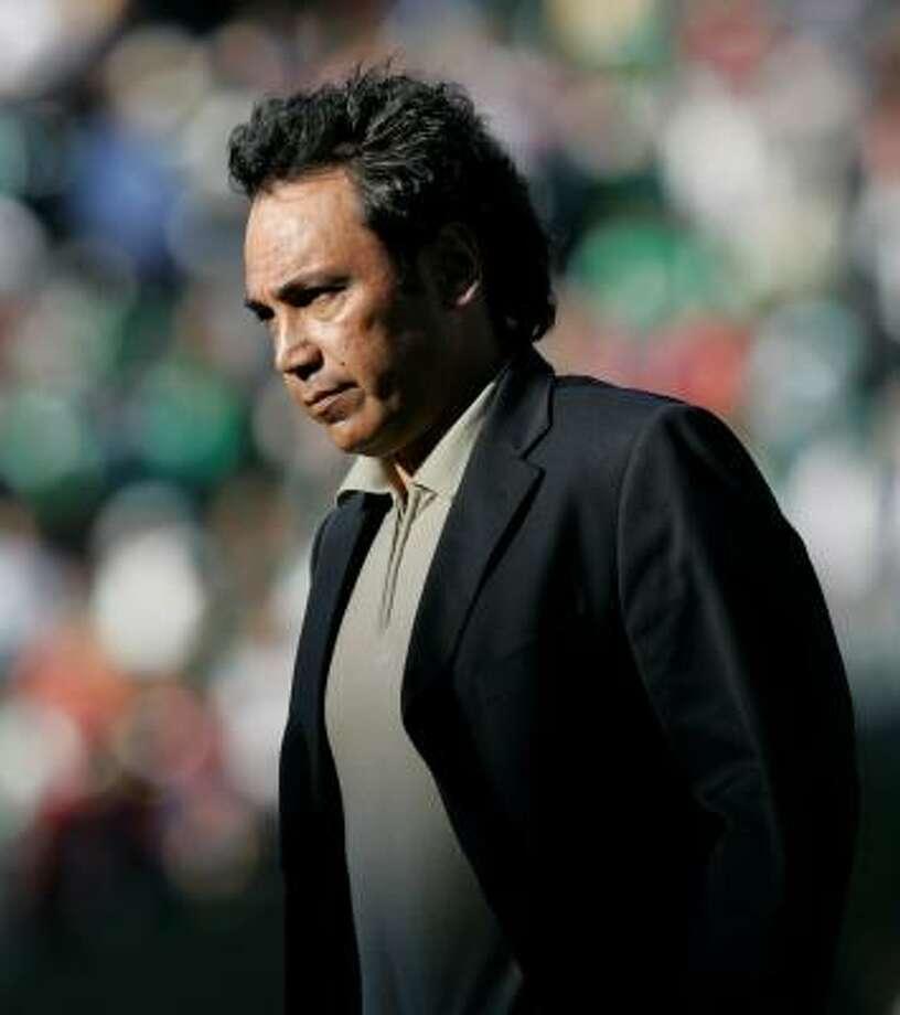 Hugo Sánchez's 16-month tenure as coach of Mexico is over. Photo: MARCIO JOSE SANCHEZ, ASSOCIATED PRESS