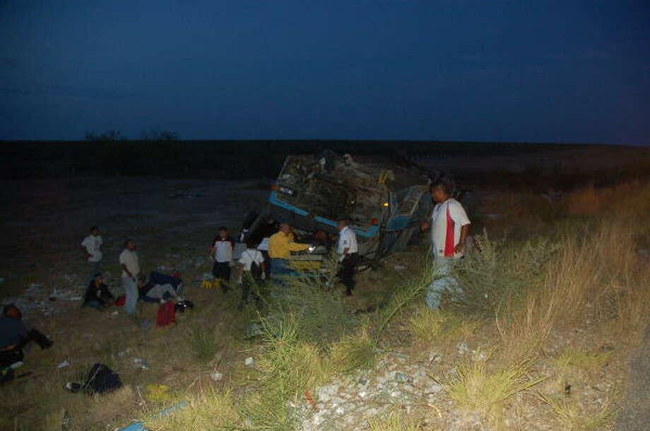 Un autobús de la línea Lucano volcó en una autopista de Nuevo Laredo, México, el 3 de julio. Photo: EL MAÑANA