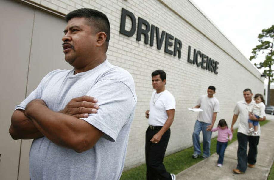 En esta imagen del mes pasado, Alejandro García y varios inmigrantes aguardan para renovar su licencia. Photo: Sharon Steinmann, Houston Chronicle