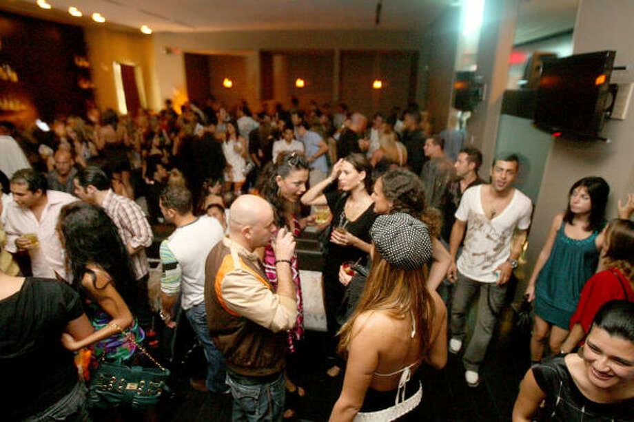 La clientela llega antes de la medianoche por lo que tendrás que estar temprano y bien vestido para bailar al ritmo de la música electrónica. Photo: Bill Olive, PARA LA VIBRA