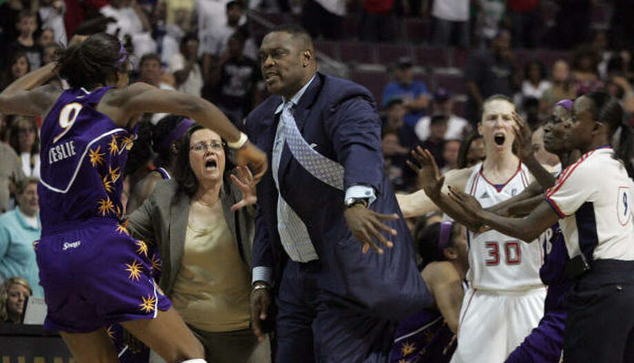 The fight at the Palace of Auburn Hills (Mich.) happened in the last 10 seconds of the game. Photo: JERRY S. MENDOZA, AP
