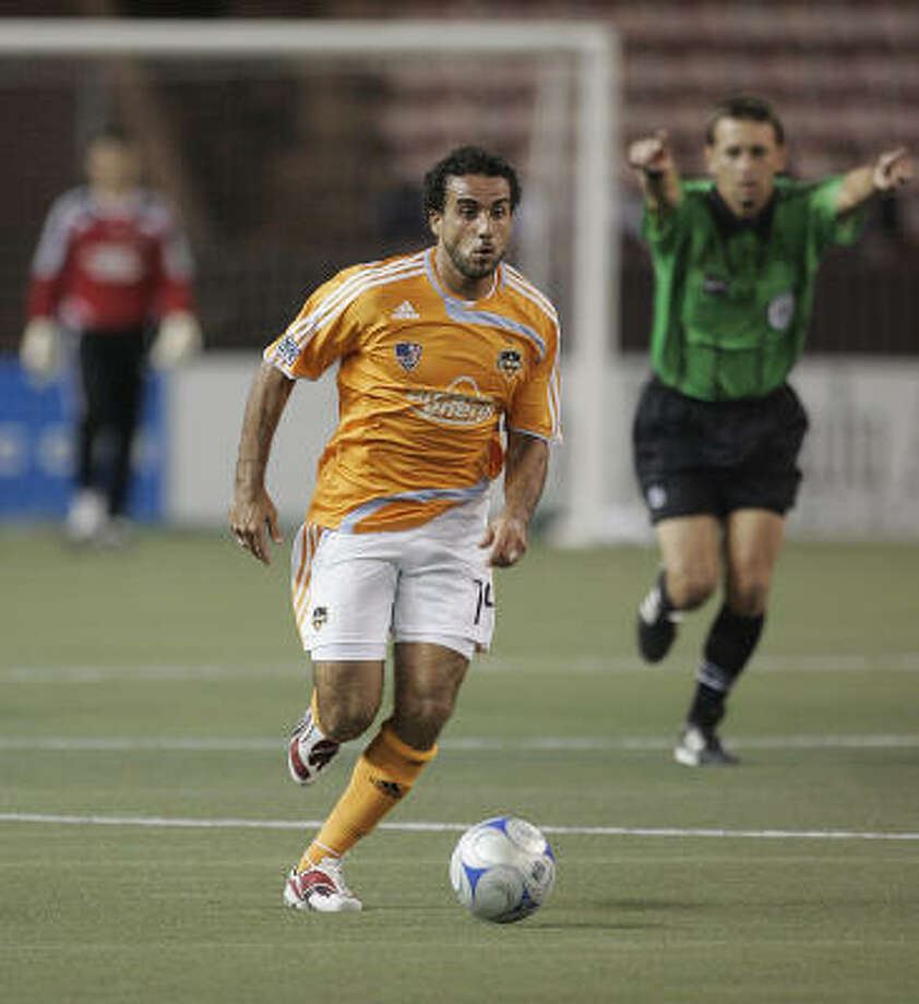 Houston Dynamo midfielder Dwayne De Rosario runs the ball up field against Sydney FC during the first round of the Pan-Pacific Championship soccer tournament Feb. 20. Photo: Marco Garcia, AP