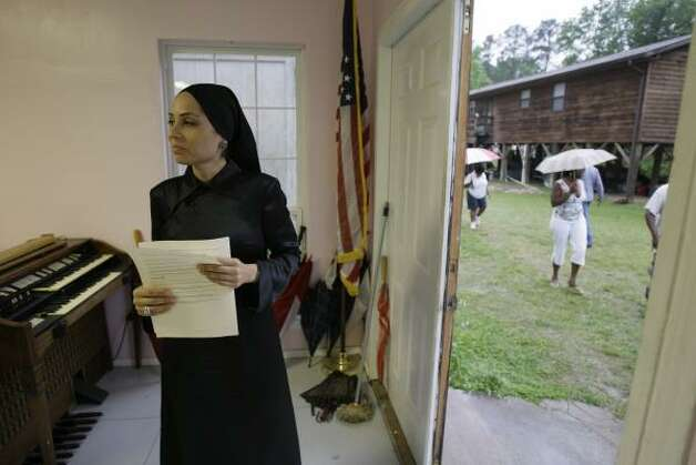 Sadiyah A. Evangelista, of the Millions More Movement Ministry of Justice, waits for Tamina residents at a town meeting. The community has no form of government or homeowners association. Photo: MELISSA PHILLIP, CHRONICLE