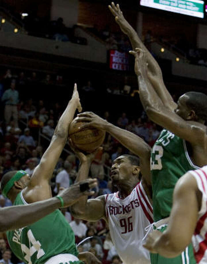 Rockets forward Ron Artest (center) and the Boston Celtics forward Paul Pierce (left) Kendrick Perkins (right) during the first quarter. Photo: James Nielsen, Chronicle