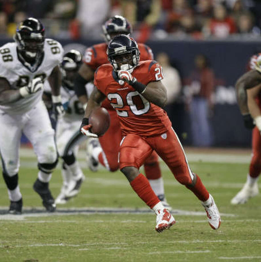 The Texans need a big day from running back Steve Slaton in their bid to upset the Titans. Photo: Brett Coomer, Houston Chronicle