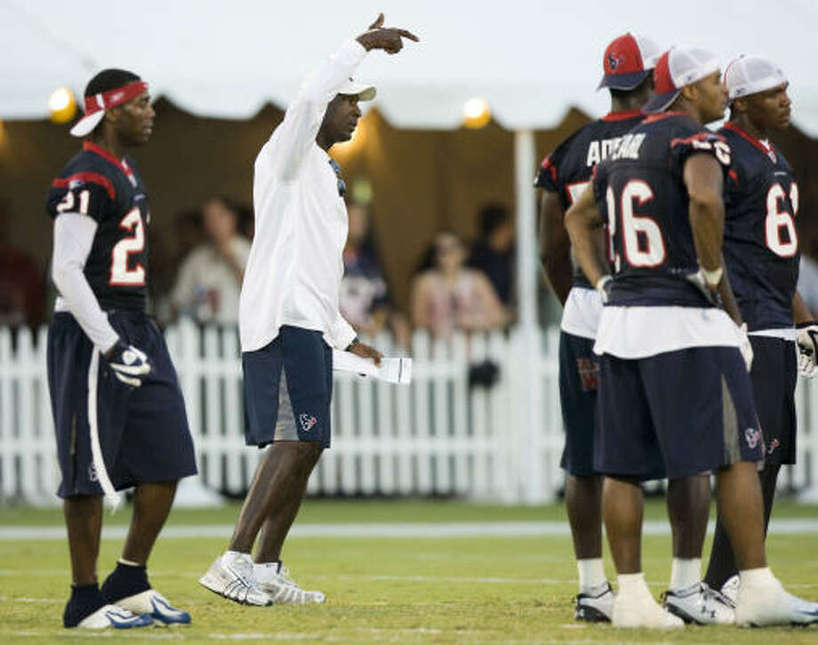 Texans linebackers coach Johnny Holland (second from left) calls a play during Thursday's practice. Photo: Brett Coomer, Chronicle
