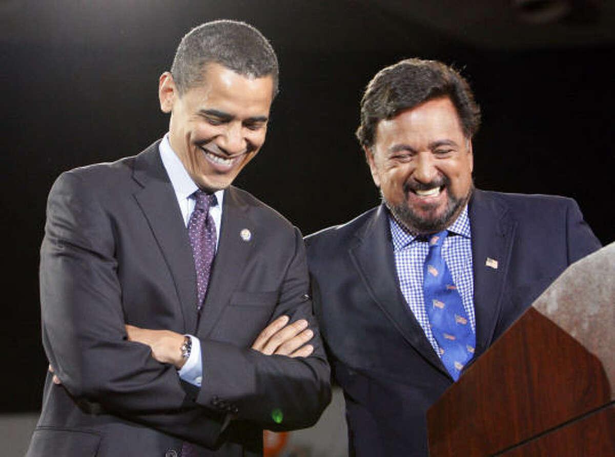 Diversas organizaciones y líderes hispanos consideran que el gobernador de Nuevo México, Bill Richardson, (der.) podría ocupar un puesto relevante en el equipo de Barack Obama.