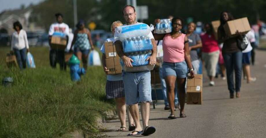 North Houston residents leave a FEMA distribution hub on Imperial Valley and Greens on Monday with water, ice and meals. Photo: MAYRA BELTRÁN, CHRONICLE