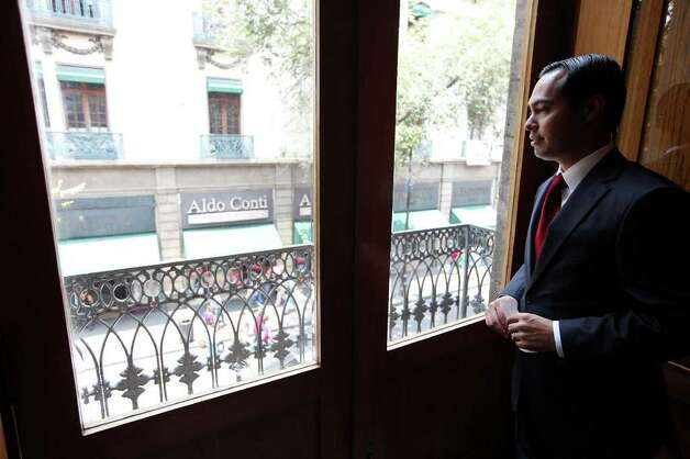 Mayor Julian Castro tours the Bankers' Club of Mexico before a lunch Monday Aug. 8, 2011 in the Centro Historico neighborhood of Mexico City, Mexico. Photo: EDWARD A. ORNELAS, Edward A. Ornelas/Express-News / © SAN ANTONIO EXPRESS-NEWS (NFS)